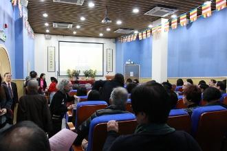 法師與嘉賓們於學校地下禮堂互相祝賀,場面熱鬧