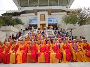 法師們於佛寺前大合照