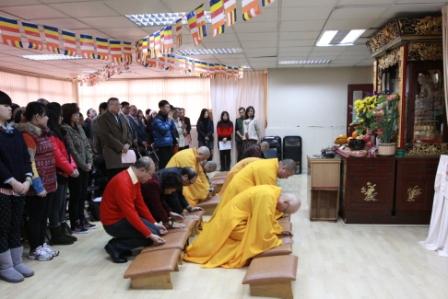 法師及教學行政人員向佛像行禮