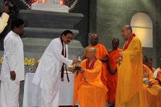 香港佛教僧伽聯合會會長紹根長老接受斯國總統親手贈送佛像